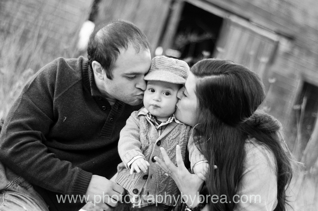 mom-and-dad-kissing-baby