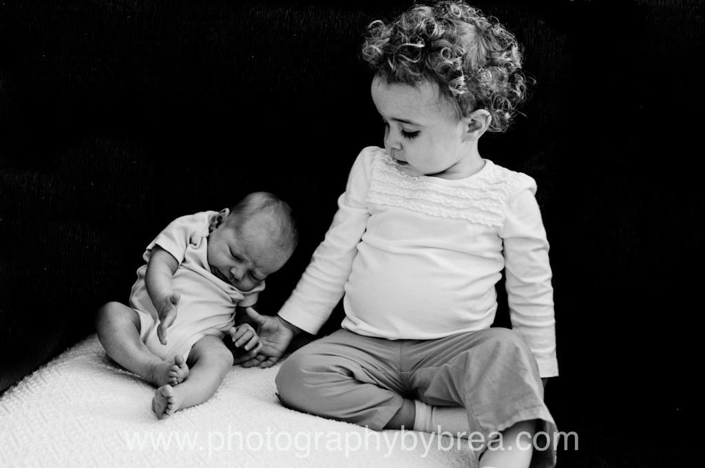 newborn-sister-photographer
